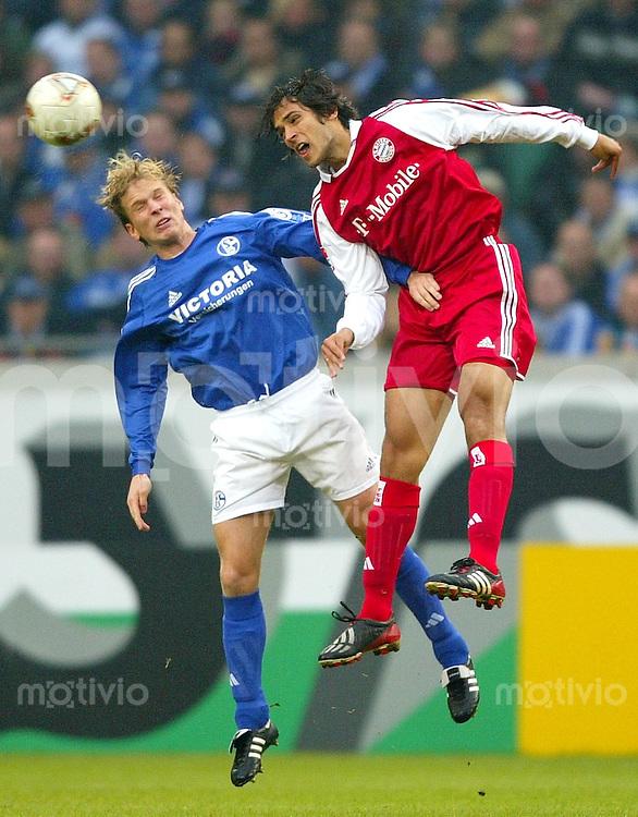 Fussball  1. Bundesliga Saison 2003/2004  11. Spieltag Schalke 04 - FC Bayern Muenchen 2:0       Christian POULSEN (li, S04) gegen Roque Santa CRUZ (re, FCB)