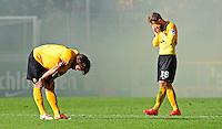 Fussball, 2. Bundesliga, Saison 2013/14, 34. Spieltag, Armina Bielefeld, Sonntag (11.05.14), Dresden, Gluecksgas Stadion. Dresdens Romain Bregerie (li.) und Tobias Mueller nach dem Abstieg.