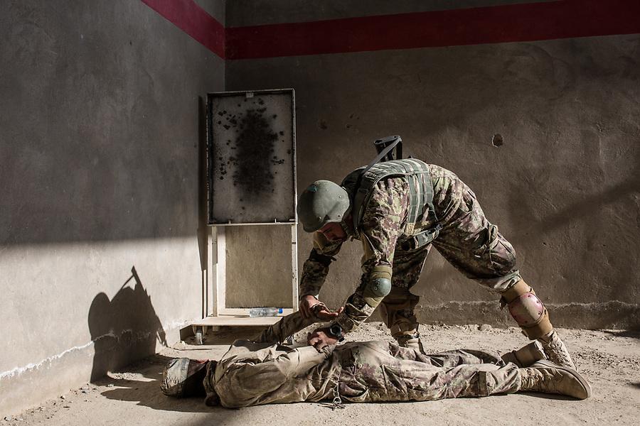 Soldiers of the Afghan National Army (ANA) are training in the Special Forces Commando base in the outskirt of Kabul. This exercices is for searching inside houses of the ennemies and neutralise them, Kabul, Afghanistan, 4th November 2017.<br /> <br /> Des soldats de l'armée nationale afghane (ANA) s'entraînent dans la base du commando des forces spéciales dans la banlieue de Kaboul. Cet exercice est destiné à la fouille des maisons de l'ennemi et la neutralisation de ceux-ci, Kaboul, Afghanistan, le 4 novembre 2017.