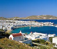 Greece, Cyclades, Mykonos: View over Mykonos Harbour and Town | Griechenland, Kykladen, Mykonos: Blick ueber Mykonos-Stadt und den Hafen