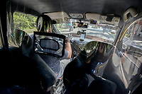 CALI - COLOMBIA, 05-05-2020: Un taxista implementa aislamiento preventivo en su auto como parte de la reactivación economica en la ciudad de Cali durante el día 43 de la cuarentena total en el territorio colombiano causada por la pandemia  del Coronavirus, COVID-19. / A taxidriver implements a preventive isolation in his vehicle as part of the economic revival in Cali City during the day 43 of total quarantine in Colombian territory caused by the Coronavirus pandemic, COVID-19. Photo: VizzorImage / Gabriel Aponte / Staff