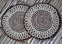Artesanato com palha de buriti: descanso de panelas.  Foto Sônia Oddi.