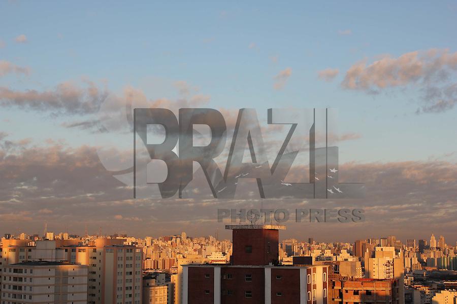 S&Atilde;O PAULO, SP, 19/03/2012, CLIMA TEMPO.<br /> <br /> O &uacute;ltimo dia do ver&atilde;o 2012 come&ccedil;ou com c&eacute;u aberto, mas com a temperatura na casa dos 17&ordm;C, n&atilde;o h&aacute; previs&atilde;o de chuvas.<br /> <br />  Luiz Guarnieri/ Brazil Photo Press.
