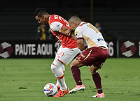 BOGOTÁ - COLOMBIA, 25-10-2017: Yeison Gordillo (Izq.) jugador de Santa Fe disputa el balón con Cleider Alzate (Der.) jugador del Tolima durante el encuentro entre Independiente Santa Fe y Deportes Tolima por la fecha 15 de la Liga Aguila II 2017 jugado en el estadio Nemesio Camacho El Campin de la ciudad de Bogotá. / Yeison Gordillo (L) player of Santa Fe struggles for the ball with Cleider Alzate (R) player of Tolima during match between Independiente Santa Fe and Deportes Tolima for the date 15 of the Aguila League II 2017 played at the Nemesio Camacho El Campin Stadium in Bogota city. Photo: VizzorImage/ Gabriel Aponte / Staff