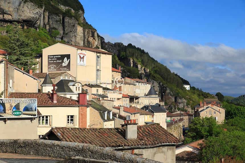 France, Aveyron (12), Roquefort-sur-Soulzon adossé au flanc du Combalou // France, Aveyron, Roquefort sur Soulzon leaning against the side of Combalou