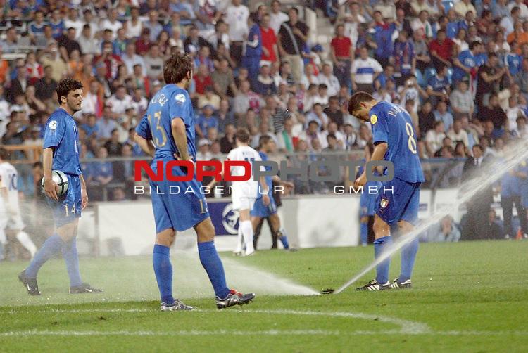 U21 - EM 2004 - Finale<br /> <br /> Serbien und Montenegro vs. Italien<br /> <br /> Zweite Spielunterbrechung beim Finale nachdem die Rasenwaesserung angesprungen war.<br /> <br /> Foto &copy; nordphoto - Ruediger Lampe<br /> <br /> <br /> <br /> <br /> <br /> <br /> <br />  *** Local Caption *** Foto ist honorarpflichtig! zzgl. gesetzl. MwSt.<br /> <br />  Belegexemplar erforderlich<br /> <br /> Adresse: nordphoto<br /> <br /> Georg-Reinke-Strasse 1<br /> <br /> 49377 Vechta