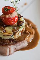 Europe/France/Auvergne/15/Cantal/Saint-Clément: Tournedos  de viande Salers aux cèpes avec son gâteau de pommes de terre recette de l'Hostellerie Saint-Clément au col de Curebourse