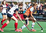HUIZEN  -   Laura van Weeren (Gro) met Mascha Heemskerk (HUI)  , hoofdklasse competitiewedstrijd hockey dames, Huizen-Groningen (1-1)   COPYRIGHT  KOEN SUYK