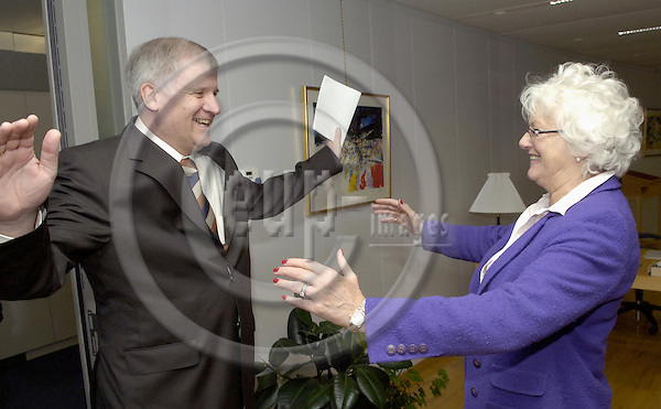 Brussels-Belgium - 28 November 2006---Mariann FISCHER BOEL (ri), European Commissioner in charge of Agriculture and Rural Development, receives Horst SEEHOFER (le), German Federal Minister for Food, Agriculture and Consumer Protection---Photo: Horst Wagner/eup-images