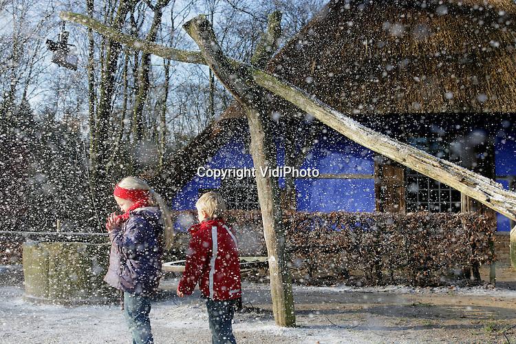 Foto: VidiPhoto..ARNHEM - In het Nederlands Openluchtmuseum in Arnhem is dinsdag officieel het winterseizoen geopend. Dat gebeurde exact om 13.42 uur, het moment dat de zon loodrecht boven de Steenbokskeerkring staat. Dat tijdstip markeert het begin van de winter. Het museum liet het dinsdag sneeuwen en schaatscorifee Erik Hulzebosch was aanwezig om jeugdige bezoekers te leren schaatsen.
