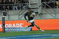Aphiwe Dyantyi scores during the Rugby Championship match between the New Zealand All Blacks and South Africa Springboks at Westpac Stadium in Wellington, New Zealand on Saturday, 15 September 2018. Photo: Mike Moran / lintottphoto.co.nz