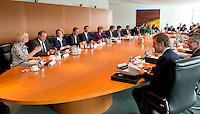 Berlin, Die Minister und Staatssekretäre sitzen am Mittwoch (24.04.13) vor Beginn der Sitzung des Bundeskabinetts im Kanzleramt am Kabinettstisch.
