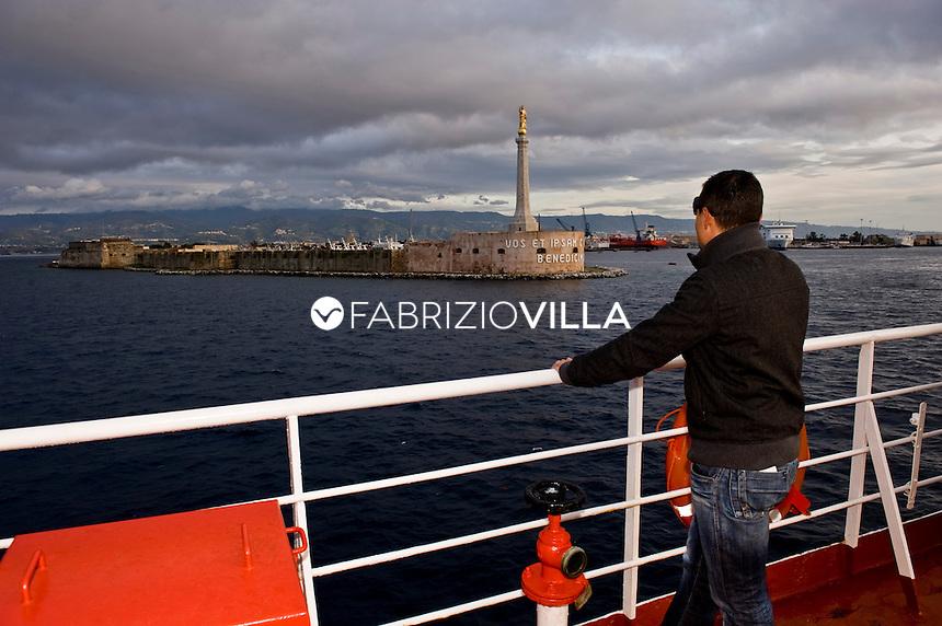 La nave traghetto Scilla della compagnia Bluvia, Ferrovie dello Stato, collega Villa San Giovanni con Messina trasportando passeggeri con auto al seguito e treni. Nella foto il traghetto passa davanti la madonnina all'entrata del porto di Messina.