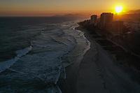 Rio de Janeiro(RJ), 26/04/2020 - Clima-Rio - Final de tarde com por do sol visto do Quebra Mar, no Rio de Janeiro, tendo vista para a Barra da Tijuca, zona oesta da cidade neste domingo (26). (Foto: Andre Fabiano/Codigo 19/Codigo 19)