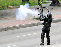 BOGOTA -COLOMBIA- 30 -10--2013. Por tres horas encapuchados lanzaron bombas papa contra el Esmad de La Policia Nacional protestando por  la reforma de la salud.(Fotos: VizzorImage / Felipe Caicedo / Staff ). For three hours hooded pope  bombed  against Esmad of The National Police protesting health reform. (Photos: VizzorImage / Felipe Caicedol / Staff
