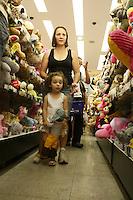 ATENCAO EDITOR: FOTO EMBARGADA PARA VEICULOS INTERNACIONAIS<br />  SAO PAULO, 08 DE OUTUBRO DE 2012 - DIA DAS CRIANÇAS - A proximidade do Dia das Crianças deixa as lojas de brinquedos lotadas e fazendo com que ambulantes mudem seus produtos para artigos infantis na regiao da Rua 25 de Março, area de comercio popular no Centro de São Paulo, nessa segunda-feira, 08 - FOTO LOLA OLIVEIRA - BRAZIL PHOTO PRESS