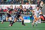AMSTELVEEN - Lina van Drunen (Adam) met Marlena Rybacha (OR) tijdens de hoofdklasse hockeywedstrijd dames,  Amsterdam-Oranje Rood (2-2) .   COPYRIGHT KOEN SUYK