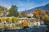 Italien, Suedtirol, Meran: Herbststimmung an der Winterpromenade entlang der Passer   Italy, South Tyrol (Alto Adige-Trentino), Merano: autumn scene along Winter Promenade and river Passirio