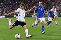 FUSSBALL EURO 2016 VIERTELFINALE IN BORDEAUX Deutschland - Italien      02.07.2016 Thomas Mueller (li, gfer00 gegen Mattia De Scoglio (re, Italien)