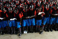 Nairobi .studenti prima di congedarsi cantano l'inno della scuola   ..Nairobi: students sing the anthem before taking leave of the school