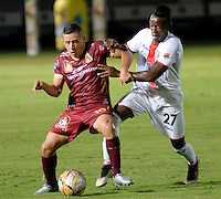 IBAGUÉ -COLOMBIA, 10-07-2015. Cleider Alzate (Izq) jugador de Deportes Tolima disputa el balón con Luis Caicedo (Der) jugador del Cortulúa por la fecha 12 de la Liga Aguila II 2016 jugado en el estadio Manuel Murillo Toro de la ciudad de Ibagué./ Cleider Alzate (L) player of  Deportes Tolima vies for the ball with Luis Caicedo (R) player of Cortulua for the date 12 of the Aguila League II 2016 played at Manuel Murillo Toro stadium in Ibague city. Photo: VizzorImage / Juan Carlos Escobar / Str