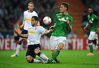 FUSSBALL   1. BUNDESLIGA    SAISON 2012/2013    8. Spieltag   SV Werder Bremen - Borussia Moenchengladbach  20.10.2012 Alvaro Dominguez Soto (li, Borussia Moenchengladbach) gegen Nils Petersen (re, SV Werder Bremen)