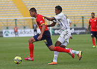 BOGOTA -COLOMBIA. 15-02-2014. Paulo Cesar Arango(Der)  de La Equidad  disputa el balon contra Alexis Perez de La Universidad Autonoma partido por la quinta fecha de La liga Postobon 1 disputado en el estadio Metropolitano de Techo . /   Paulo Cesar Arango of La Equidad fights the ball  against Alexis Perez of  Universidad Autonoma  during the match for the fifth round of The Postobon one league match at the Metropolitano of Techo Stadium . Photo: VizzorImage/ Felipe Caicedo / Staff