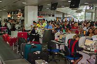 BELEM, PA, 12.01.2014 - AEROPORTO / BELEM / PA - Fila de passageiros da TAM no aeroporto internacional de Belém (PA), neste domingo (12). Os voos domésticos da empresa estão há dias com atrasos e cancelamentos no local. Os transtornos têm provocado a revolta dos clientes da companhia. Muitos chegaram a dormir no chão do aeroporto. A TAM informou em nota que os problemas ocorreram devido ao mal tempo. Segundo a empresa, a pista do aeroporto acumula água nessas circunstâncias e oferece riscos à segurança dos voos. (Foto: Paulo Lisboa / Brazil Photo Press).