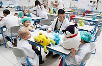 Nederland Amsterdam 2017 . Teddy Bear Hospital in het AMC ziekenhuis. ( Foto mag niet in negatieve context gebruikt worden ).Teddy Bear Hospital (TBH) is één van de grootste projecten van IFMSA-NL. Het TBH is een rollenspel. Dat houdt in dat kleuters van vier t/m zes jaar hun beer of een andere knuffel meenemen naar een nagebootst ziekenhuis. Geneeskundestudenten spelen voor arts en behandelen de knuffels. Het doel van Teddy Bear Hospital is om kinderen op een speelse manier kennis te laten maken met de gezondheidszorg, om zo de angst voor dokters en het ziek-zijn enigszins weg te nemen. Bovendien leert het medische studenten om te gaan met kinderen en trainen ze hun communicatieve vaardigheden.  Foto Berlinda van Dam / Hollandse Hoogte