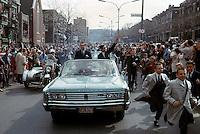 Jean BŽliveau, Robert Rousseau et la foule sur le boulevard Saint-Joseph, 9 mai 1966