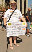 RIO DE JANEIRO, RJ, 23 AGOSTO 2013 - GREVE PROFESSORES RJ - Os professores se concentram em frente da prefeitura esperando a negociação do reajuste entre o sindicato e a secretária de educação Claudia Costin para decidir pela continuação ou não da greve na Cidade Nova nessa terça 23. (FOTO: LEVY RIBEIRO / BRAZIL PHOTO PRESS)