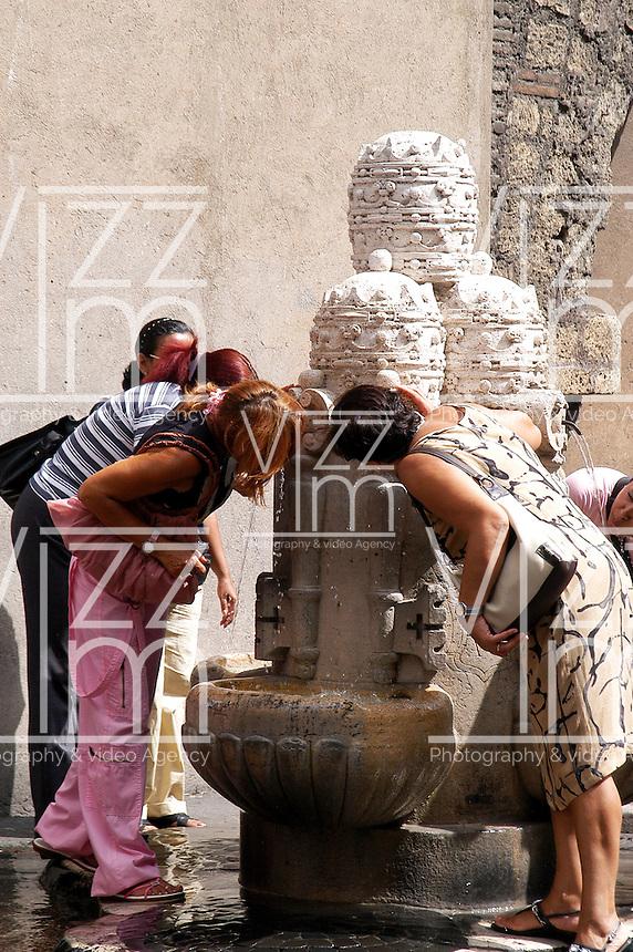 CIUDAD DEL VATICANO- 12-09-2004. Turistas sacian la sed en las fuentes en La Ciudad del Vaticano, Italia, septiembre 19 de 2004. Tourists quenching thirst at the fountains in Vatican City on September 19, 2004. (Photo: VizzorImage/Luis Ramirez).......