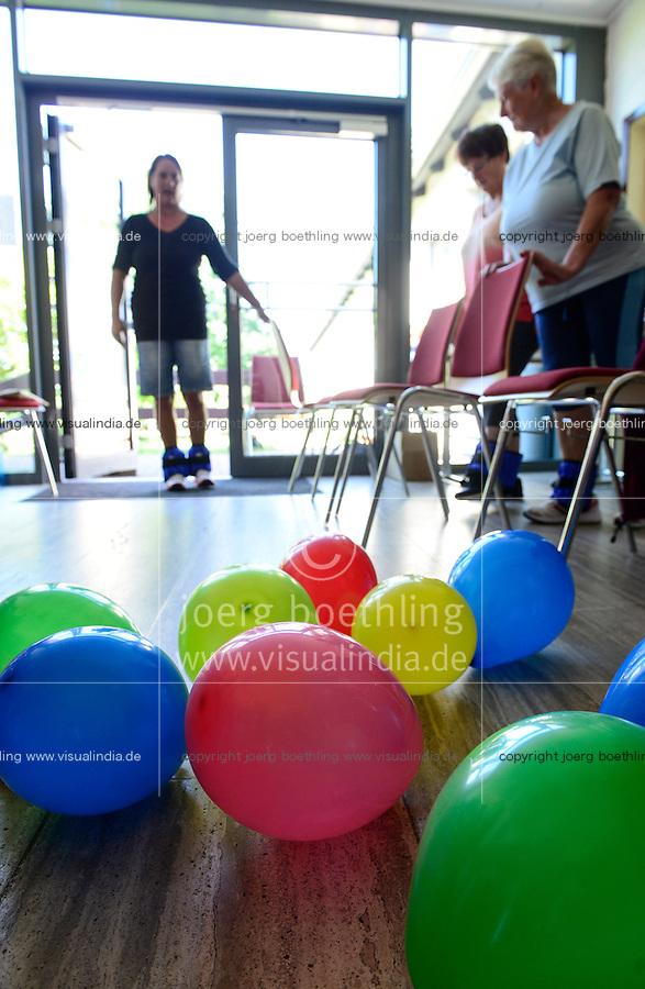 """DEUTSCHLAND, Landwirtschaft und Sport, Gymnastik """"Trittsicher"""" fuer Landfrauen im Gemeinschaftshaus in  Wolfhagen-Niederelsungen"""