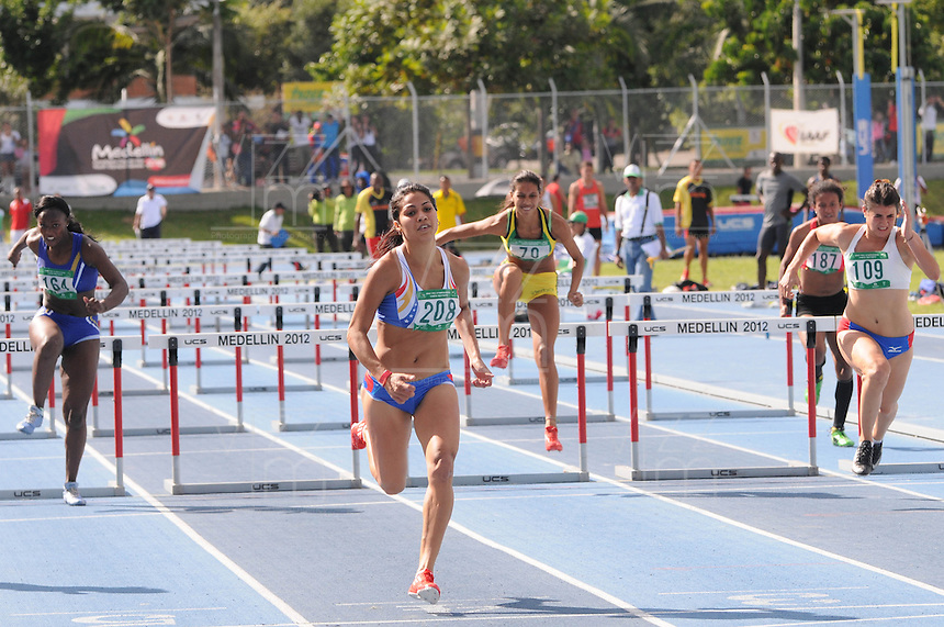 """MEDELLÍN -COLOMBIA-25-05-2013. La atleta venezolana (208) Nercibeth Villalobos quien ganó una de las prubas de 100 metros vallas durante el Grand Prix Internacional """"Ximena Restrepo"""" realizado en Medellín./ Athlete Nercibeth Villalobos from Venezuela in action. She won one the100m hurdles during the  Grand Prix Internacional """"Ximena Restrepo"""" in Medellin.  Photo: VizzorImage/STR"""