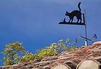 Europe/France/Languedoc-Roussillon/30/Gard/ Saint-Bonnet-du Gard: Girouette représentant un chat le toit d'une maison provençale