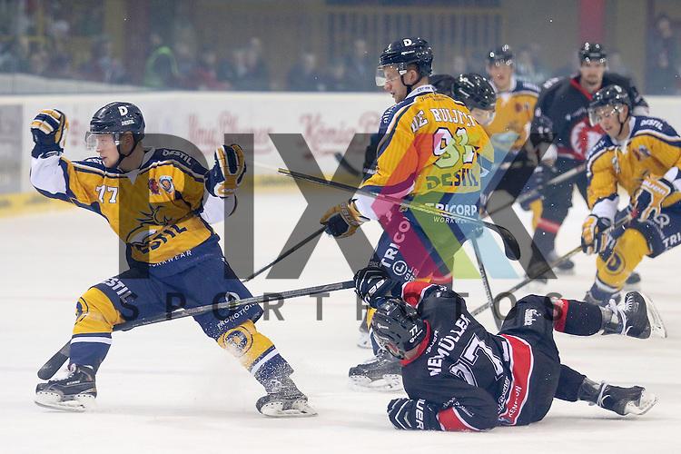 Duisburgs Neum&uuml;ller, Kevin (Nr.77) l&auml;uft voll auf Tilburgs Reno, de Hondt (Nr.77) und Tilburgs Nick, de Ruijter (Nr.91) beim Spiel in der Oberliga, Fuechse Duisburg - Tilburg Trappers.<br /> <br /> Foto &copy; PIX-Sportfotos *** Foto ist honorarpflichtig! *** Auf Anfrage in hoeherer Qualitaet/Aufloesung. Belegexemplar erbeten. Veroeffentlichung ausschliesslich fuer journalistisch-publizistische Zwecke. For editorial use only.