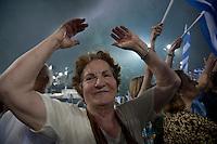Elezioni in Grecia. Atene, manifestazione conclusiva di Nea Democratia in Piazza Sintagma 15 giugno 2012. Una donna di mezza età con le braccia alzate.
