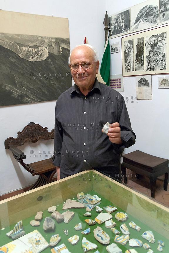 Civita di Bagnoregio. Giuseppe Medori, memoria storica del borgo e raffinao collezionista d'arte, ritratto nella sua abitazione.