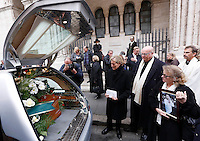 Funerali dell'attrice svedese Anita Ekberg, alla chiesa evangelica luterana a Roma, 14 gennaio 2015. A destra, la nipote Christina Ekberg.<br /> Christina Ekberg, right, holds a picture of her aunt, Swedish actress Anita Ekberg, at the end of the funeral service celebrated at the Christuskirche Lutheran Evangelical church in Rome, 14 January 2015.<br /> UPDATE IMAGES PRESS/Riccardo De Luca
