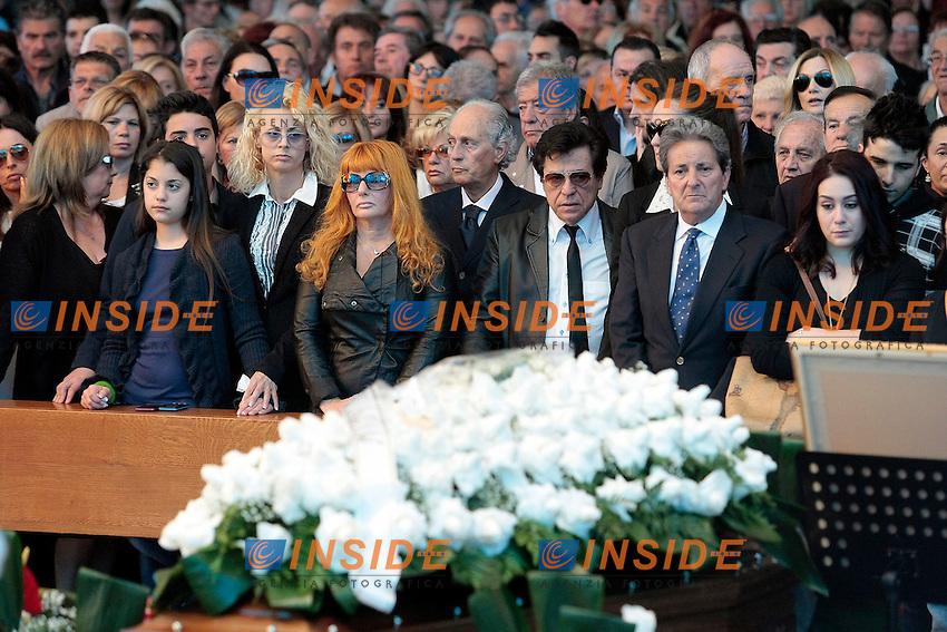 La famiglia, con la nipotina, la figlia Cristiana (terza da sinistra) e i fratelli<br /> Roma 30/05/2013 Funerali di Little Tony alla chiesa del Divino Amore alla periferia di Roma.<br /> Migliaia di persone sono accorse a dare l'ultimo saluto al cantante.<br /> Photo Samantha Zucchi Insidefoto