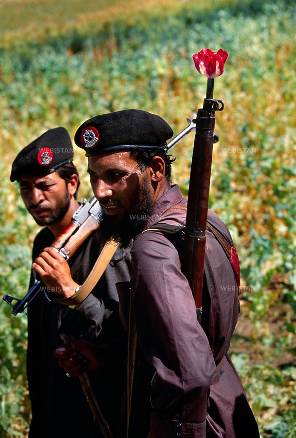 2004. Two Pakistani soldiers came to enforce their general's law on the poppy cultivation in the Pashtun tribal zone of Mohmand. Deux militaires pakistanais venus faire respecter la loi de leur général sur la culture du pavot dans la zone tribale Pachtoune de Mohmand.