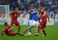 Fussball Bundesliga Saison 2011/2012 6. Spieltag FC Schalke 04 - FC Bayern Muenchen V.l.: Philipp LAHM (FCB), Jefferson FARFAN (Schalke), Bastian SCHWEINSTEIGER (FCB).
