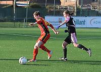 Belgian Red Flames - Arras (FR):<br /> <br /> Aline Zeller (L) gaat met de bal aan de haal voor de neus van Jessica Lernon (R)<br /> <br /> foto Dirk Vuylsteke / Nikonpro.be