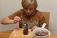 Kind, Junge macht aus Haselnüssen eine eigene Nuss-Schoko-Creme, fertige Creme wird in Glas gefüllt, (Nutella), Hasel, Ernte, reife Nüsse Haselnuß, Haselnuss, Früchte, Nuß, Nuss, Corylus avellana, Cob, Hazel, Coudrier, Noisetier commun