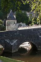 Europe/France/Aquitaine/24/Dordogne/Brantome: Pont coudé et Pavillon renaissance: Ce pavillon et la tour ronde étaient autrefois reliés par une porte avec chemin de ronde. De la tour, une muraille rejoignait la falaise. L'ensemble formait la défense sud de l'abbaye et du château abbatial.