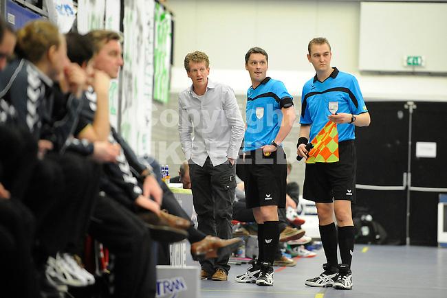 GRONINGEN - Korfbal NIC - Dalto Korfbal League Alfa College, seizoen 2011-2012, 03-03-2012 arniter Marcel Luttik (m) en zijn assistent Joeri Kok (r) wachten tot de tijdwaarneming is hersteld. Links NIC trainer Mike Vlietstra
