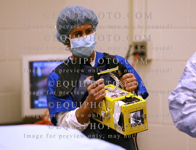 A surgical technician prepares to take an intra-operative radiograph during arthroscopic surgery.  Photo By Bill Denver/EQUI-PHOTO.