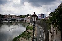 Una gigantesca pubblicit&agrave; con raffigurata la faccia di Giulio Cesare lungo il fiume Tevere<br /> Decline symbol on the Tiber river