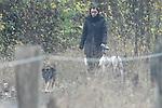 Am frühen Morgen nach der Trauerfeier ging Teresa Enke unweit Ihres Anwesen mit den Hunden allein mit ihren Hunden spazieren. Am Ende des Weges galoppierte ihr braunes Pferd auf der Weide.<br />  <br /> <br /> Foto: © nph ( nordphoto )