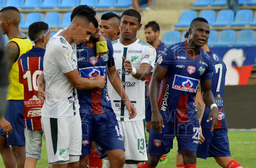 SANTA MARTA - COLOMBIA, 10-08-2019: Cristian Rivera del Cali y Abel Aguilar del Unión se saludan después del partido por la fecha 5 de la Liga Águila II 2019 entre Unión Magdalena y Deportivo Cali jugado en el estadio Sierra Nevada de la ciudad de Santa Marta. / Cristian Rivera of Cali and Abel Aguilar of Union takes a hug after the match for the date 5 as part Aguila League II 2019 between Union Magdalena and Deportivo Cali played at Sierra Nevada stadium in Santa Marta city. Photo: VizzorImage / Gustavo Pacheco / Cont